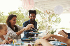 Οικογένειες που απολαμβάνουν το υπαίθριο γεύμα στο πεζούλι από κοινού Στοκ φωτογραφία με δικαίωμα ελεύθερης χρήσης