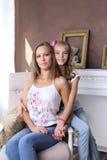 οικογενειακά καρύδια έννοιας σύνθεσης μπουλονιών Το Mom και η κόρη κάθονται στην καρέκλα στούντιο Στοκ φωτογραφία με δικαίωμα ελεύθερης χρήσης