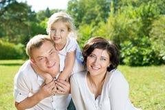 οικογενειακά φύλλα παιδιών φθινοπώρου στοκ φωτογραφίες