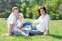 οικογενειακά φύλλα παιδιών φθινοπώρου στοκ εικόνες