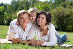 οικογενειακά φύλλα παιδιών φθινοπώρου στοκ φωτογραφία με δικαίωμα ελεύθερης χρήσης