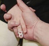 Οικογενειακά χέρια εμπιστοσύνης της κόρης και του πατέρα παιδιών Αυθεντική εικόνα οικογενειακά καρύδια έννοιας σύνθεσης μπουλονιώ Στοκ εικόνα με δικαίωμα ελεύθερης χρήσης