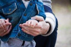 Οικογενειακά χέρια εμπιστοσύνης του γιου και του πατέρα παιδιών Στοκ εικόνα με δικαίωμα ελεύθερης χρήσης