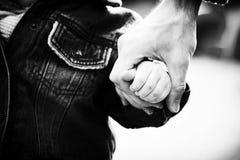 Οικογενειακά χέρια εμπιστοσύνης του γιου και του πατέρα παιδιών Στοκ φωτογραφία με δικαίωμα ελεύθερης χρήσης