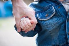 Οικογενειακά χέρια εμπιστοσύνης του γιου και του πατέρα παιδιών Στοκ Εικόνα