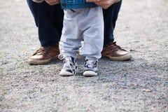 Οικογενειακά χέρια εμπιστοσύνης του γιου και του πατέρα παιδιών Στοκ φωτογραφίες με δικαίωμα ελεύθερης χρήσης