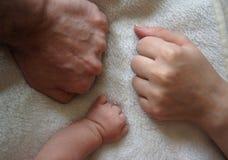 Οικογενειακά χέρια και μωρό νέα - γεννημένος βραχίονας Στοκ εικόνα με δικαίωμα ελεύθερης χρήσης