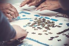 Οικογενειακά χέρια που λύνουν το τορνευτικό πριόνι Στοκ Εικόνα