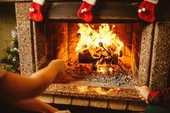 Οικογενειακά ψήνοντας marshmallows από την πυρκαγιά Άνετο σπίτι σαλέ στοκ εικόνες