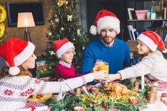 Οικογενειακά clinking γυαλιά στο γεύμα Χριστουγέννων Στοκ Φωτογραφίες