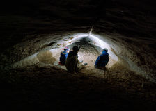 Οικογενειακά speleotourists Στοκ Φωτογραφίες