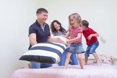 Οικογενειακές έννοιες και ιδέες Νέα καυκάσια τετραμελής οικογένεια που έχει την πάλη Στοκ εικόνες με δικαίωμα ελεύθερης χρήσης