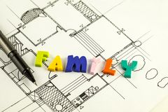 Οικογενειακές λέξη και μάνδρα στα σχεδιαγράμματα και το σχέδιο ορόφων, αρχιτεκτονική Στοκ φωτογραφία με δικαίωμα ελεύθερης χρήσης