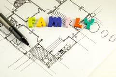 Οικογενειακές λέξη και μάνδρα στα σχεδιαγράμματα και το σχέδιο ορόφων, αρχιτεκτονική Στοκ Φωτογραφία