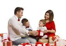 Οικογενειακές διακοπές, ευτυχές μωρό μητέρων πατέρων που ανοίγουν το παρόν δώρο στοκ εικόνες με δικαίωμα ελεύθερης χρήσης