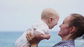Οικογενειακές διακοπές Tenerife, Ισπανία, Ευρώπη Μητέρα και μωρό υπαίθρια στον ωκεανό Τουρίστες ταξιδιού πορτρέτου - mom με το πα φιλμ μικρού μήκους