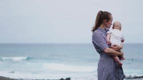 Οικογενειακές διακοπές Tenerife, Ισπανία, Ευρώπη Μητέρα και μωρό υπαίθρια στον ωκεανό Τουρίστες ταξιδιού πορτρέτου - mom με το πα απόθεμα βίντεο