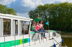 Οικογενειακές διακοπές, ταξίδι στη βάρκα φορτηγίδων στο κανάλι, γονείς με τα παιδιά που έχουν τη διασκέδαση στην κρουαζιέρα ποταμ Στοκ εικόνες με δικαίωμα ελεύθερης χρήσης