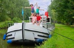 Οικογενειακές διακοπές, ταξίδι στη βάρκα φορτηγίδων στο κανάλι, γονείς με τα παιδιά που έχουν τη διασκέδαση στην κρουαζιέρα ποταμ Στοκ φωτογραφίες με δικαίωμα ελεύθερης χρήσης