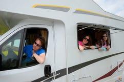 Οικογενειακές διακοπές, ταξίδι rv (τροχόσπιτο) με τα παιδιά Στοκ Φωτογραφία