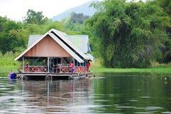 Οικογενειακές διακοπές houseboat στην Ταϊλάνδη Στοκ φωτογραφία με δικαίωμα ελεύθερης χρήσης