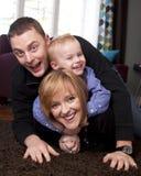 οικογενειακές παίζοντας νεολαίες Στοκ εικόνα με δικαίωμα ελεύθερης χρήσης
