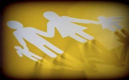 Οικογενειακές σκιαγραφίες με τα παιδιά που απομονώνονται στο κίτρινο υπόβαθρο Στοκ φωτογραφία με δικαίωμα ελεύθερης χρήσης