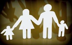 Οικογενειακές σκιαγραφίες με τα παιδιά που απομονώνονται στο κίτρινο υπόβαθρο Στοκ Φωτογραφία