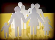 Οικογενειακές σκιαγραφίες με τα παιδιά που απομονώνονται στο κίτρινο υπόβαθρο Στοκ εικόνα με δικαίωμα ελεύθερης χρήσης