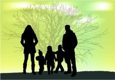 Οικογενειακές σκιαγραφίες στη φύση Στοκ φωτογραφία με δικαίωμα ελεύθερης χρήσης
