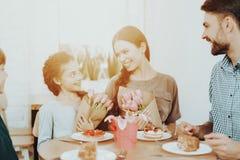 Οικογενειακή αγάπη ευτυχίας ημέρα στις 8 Μαρτίου και παρόν στοκ εικόνες