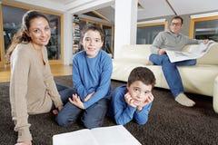 Οικογενειακή ανάγνωση στο Σαββατοκύριακο στοκ εικόνα με δικαίωμα ελεύθερης χρήσης