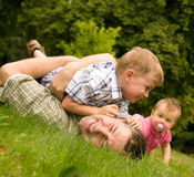 οικογενειακή διασκέδαση που έχει από κοινού Στοκ φωτογραφία με δικαίωμα ελεύθερης χρήσης