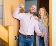 Οικογενειακή είσοδος του καινούργιου σπιτιού Στοκ φωτογραφία με δικαίωμα ελεύθερης χρήσης