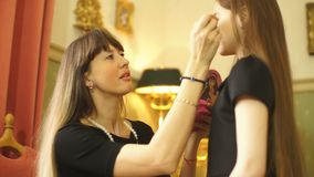 οικογενειακή ευτυχής & Η μητέρα και η κόρη κάνουν makeup και έχουν τη διασκέδαση απόθεμα βίντεο