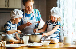 οικογενειακή ευτυχής & μητέρα και παιδιά που προετοιμάζουν τη ζύμη, BA Στοκ Φωτογραφίες