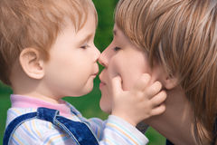 οικογενειακή ευτυχής μητέρα παιδιών Στοκ φωτογραφία με δικαίωμα ελεύθερης χρήσης