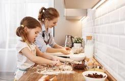 οικογενειακή ευτυχής & Μπισκότα ψησίματος μητέρων και παιδιών Στοκ Φωτογραφίες