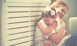 οικογενειακή ευτυχής & παιχνίδι μητέρων και παιδιών, φιλώντας και hugg στοκ εικόνες