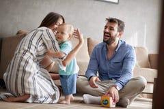 οικογενειακή ευτυχής & Χαμογελώντας παιχνίδι μητέρων και πατέρων με την στοκ φωτογραφίες με δικαίωμα ελεύθερης χρήσης