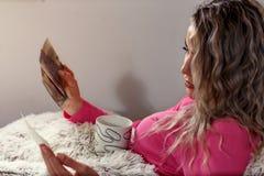 Οικογενειακή ευτυχία και μνήμες, γυναίκα που εξετάζουν τις παλαιές φωτογραφίες Στοκ φωτογραφία με δικαίωμα ελεύθερης χρήσης