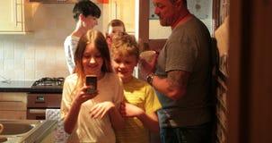 Οικογενειακή ζωή στο σπίτι απόθεμα βίντεο