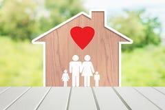 Οικογενειακή κατοικία με τον μπαμπά, mom και τα παιδιά με τα εικονίδια αγάπης σε ένα φυσικό υπόβαθρο Στοκ Εικόνες