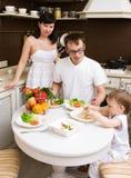 οικογενειακή κουζίνα στοκ εικόνα με δικαίωμα ελεύθερης χρήσης