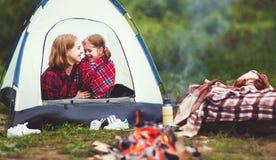 Οικογενειακή μητέρα και κόρη παιδιών στο ταξίδι στρατοπέδευσης με τη σκηνή Στοκ φωτογραφίες με δικαίωμα ελεύθερης χρήσης