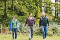 Οικογενειακή πεζοπορία τριών γενεάς Στοκ εικόνα με δικαίωμα ελεύθερης χρήσης