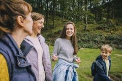 Οικογενειακή πεζοπορία τριών γενεάς Στοκ Εικόνα