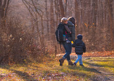Οικογενειακή πεζοπορία Στοκ φωτογραφία με δικαίωμα ελεύθερης χρήσης
