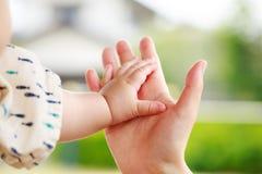 Οικογενειακή σκηνή, γονέας κινηματογραφήσεων σε πρώτο πλάνο και χέρι εκμετάλλευσης μωρών Στοκ φωτογραφίες με δικαίωμα ελεύθερης χρήσης