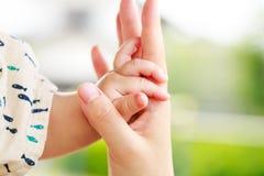 Οικογενειακή σκηνή, γονέας κινηματογραφήσεων σε πρώτο πλάνο και χέρι εκμετάλλευσης μωρών Στοκ φωτογραφία με δικαίωμα ελεύθερης χρήσης